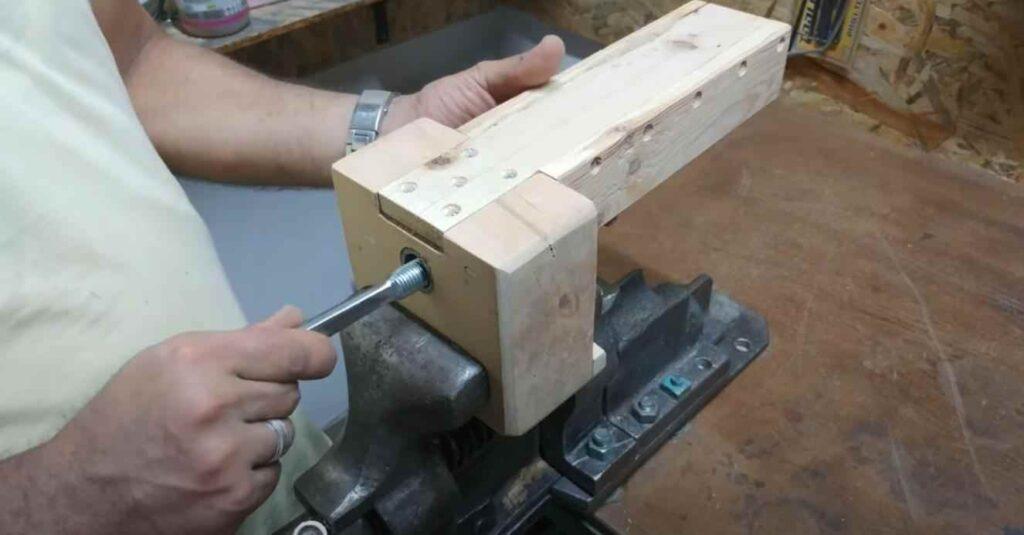 foto 4 10 – Как сделать простые слесарные тиски из дерева