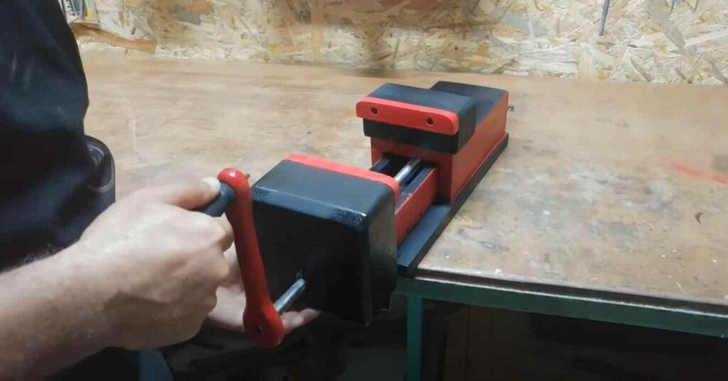 foto 6 8 – Как сделать простые слесарные тиски из дерева