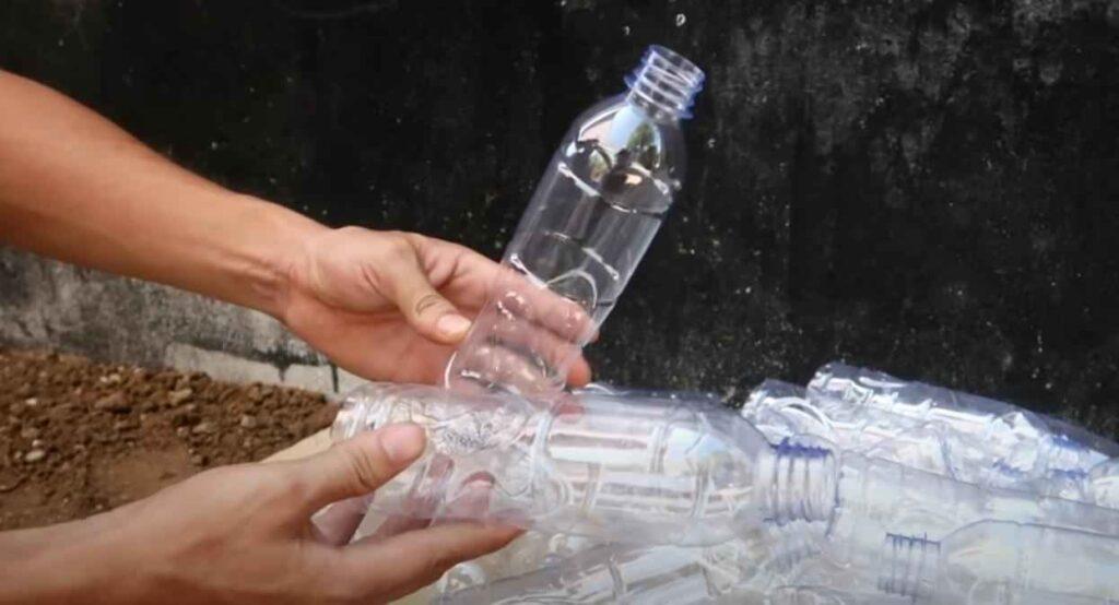 foto 1 – Цветочная клумба из пластиковых бутылок