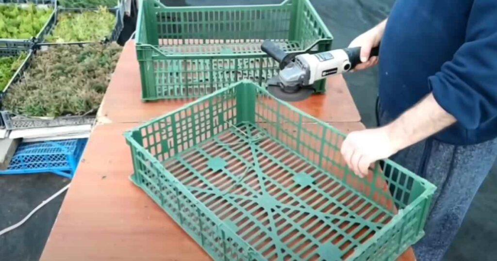 foto 1 8 – Дешево и просто: как сделать полку из пластикового ящика