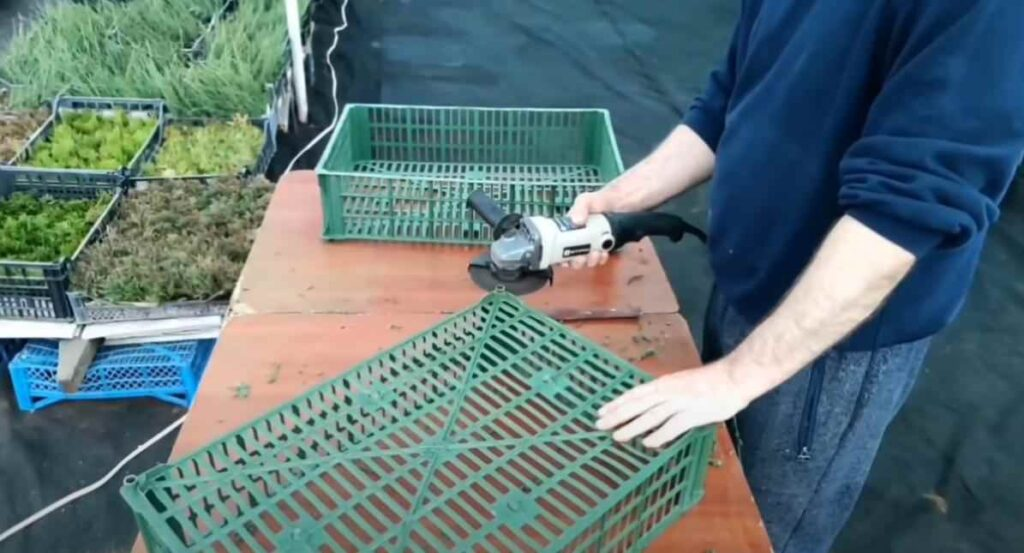 foto 2 8 – Дешево и просто: как сделать полку из пластикового ящика