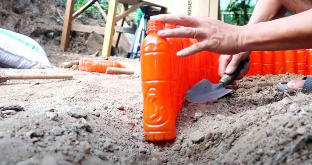 foto 3 – Цветочная клумба из пластиковых бутылок