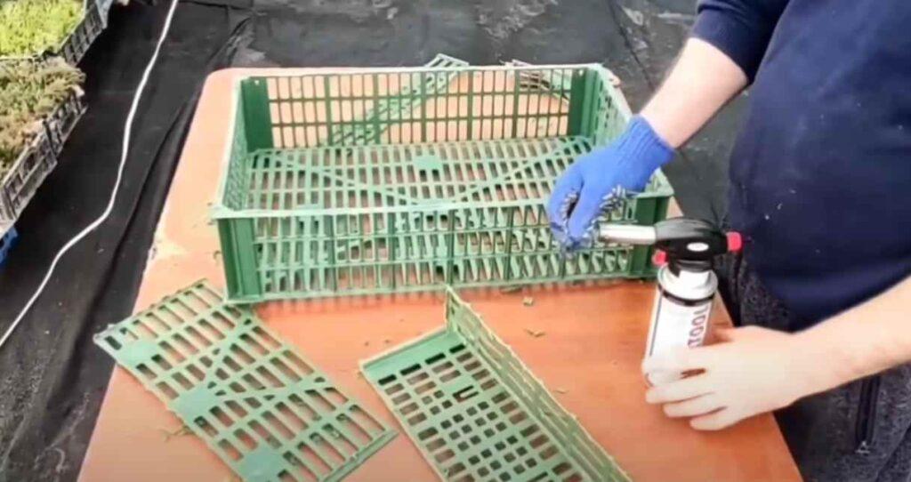 foto 3 8 – Дешево и просто: как сделать полку из пластикового ящика