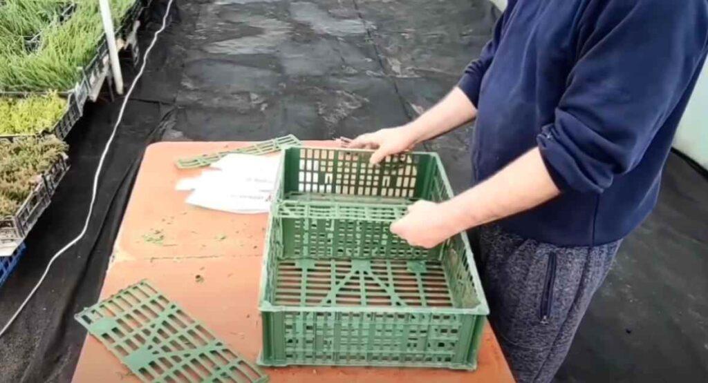 foto 4 8 – Дешево и просто: как сделать полку из пластикового ящика
