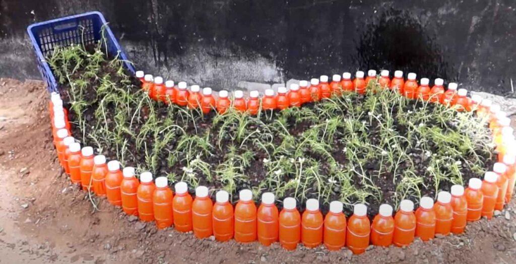 foto 8 – Цветочная клумба из пластиковых бутылок