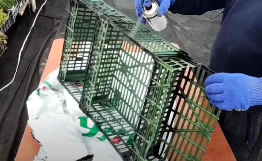 foto 8 5 – Дешево и просто: как сделать полку из пластикового ящика